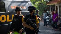 Tim Gegana Brimob Jawa Timur melakukan penjagaan di sekitar gereja di Surabaya menyusul ledakan bom, Minggu (13/5). Ledakan terjadi di tiga gereja, yakni Santa Maria di Ngagel, GKI di Jalan Diponegoro dan gereja di Jalan Arjuna. (AFP/JUNI KRISWANTO)