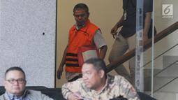 Supervisor KPP Pajak Pratama Ambon Sulimin Ratmin usai menjalani pemeriksaan di Gedung KPK, Jakarta, Rabu (19/12). Sulimin ditangkap oleh KPK pada saat operasi tangkap tangan (OTT) di Kota Ambon pada 3 Oktober 2018. (Merdeka.com/Dwi Narwoko)