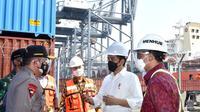 Presiden Jokowi Widodo atau Jokowi saat meninjau Terminal Pelabuhan Tanjung Priok, Jakarta Utara. (Biro Pers)