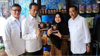 Presiden JokowI didampingi Direktur Utama BRI Suprajarto (kanan) dan Direktur Mikro dan Kecil BRI Priyastomo (kiri) menyapa nasabah binaan BRI, Rendang Uni Adek dari RKB BRI Bukittinggi setelah resmi membuka Halal Park di Jakarta (16/04).
