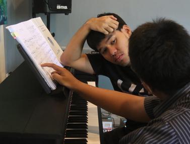 Semangat Anak Berkebutuhan Khusus Berlatih Piano