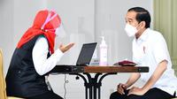 Presiden Joko Widodo atau Jokowi menjalani penapisan kesehatan saat mengikuti vaksinasi COVID-19 di Istana Merdeka, Jakarta, Rabu (13/1/2021). Jokowi menjawab sejumlah pertanyaan seputar riwayat kesehatan hingga dinyatakan sehat dan layak vaksinasi. (Biro Pers Sekretariat Presiden/Laily Rachev)