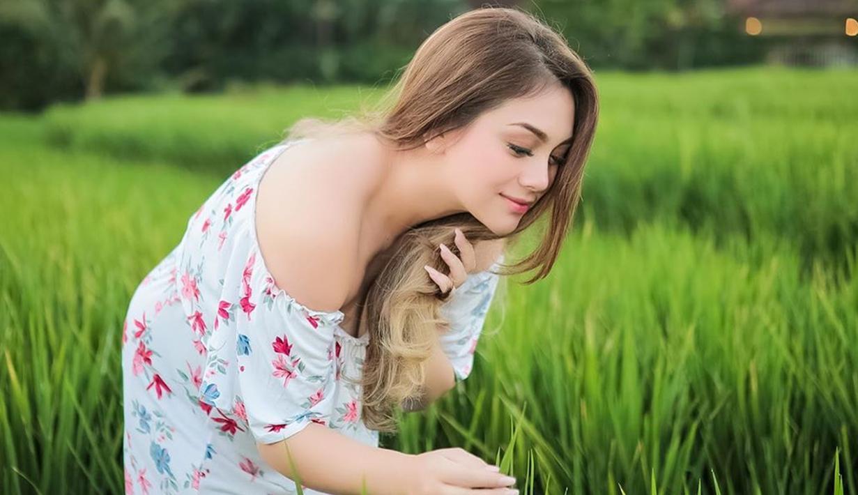 Celine Evangelista sedang liburan ke Bali, dalam unggahan Instagram terbarunya dirinya mengunggah potret cantik dirinya saat berpose di hamparan padi yang hijau. (Liputan6.com/IG/@celine_evangelista)