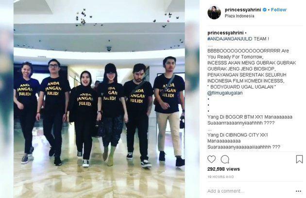 Bukan hanya dirinya sendiri, seluruh tim yang sering menemani Syahrini pun mengenakan kaos yang sama. Mulai dari sang manajer yakni Aisyahrani hingga fotografer-nya juga kenakan kaos ANDA JANGAN JULID./Copyright Instagram.com/princessyahrini