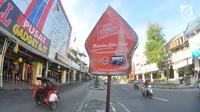Suasana yang terlihat lenggang di kawasan wisata Malioboro, Yogyakarta, Selasa (31/10). Selain terlihat lebih luas, hari bebas PKL ini juga memberi kenyamanan lebih pada pengunjung. (Liputan6.com/Gholib)