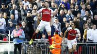 Gelandang Arsenal, Aaron Ramsey, merayakan gol yang dicetaknya ke gawang Tottenham pada laga Premier League di Stadion Wembley, London, Sabtu (2/3). Kedua klub bermain imbang 1-1. (AFP/Daniel Leal-Olivas)