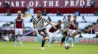 Pemain Manchester United Bruno Fernandes mencetak gol ke gawang Aston Villa pada pertandingan Liga Inggris di Villa Park, Birmingham, Inggris, Minggu (9/5/2021). Manchester United menang 3-1. (Shaun Botterill/Pool via AP)