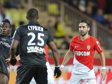 Aksi penyerang Nice, Mario Balotelli (kiri) menahan bola saat timnya melawan AS Monaco pada lanjutan Ligue 1 di Louis II Stadium, Monaco, (16/1/2018). AS Monaco bermain imbang 2-2 dengan Nice. (AFP/Valery Hache)