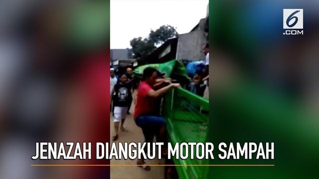 Tidak adanya fasilitas ambulans di Desa Cikahuripan, Jawa Barat, jenazah terpaksa dibawa motor pengangkut sampah.