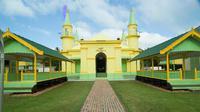 Daya tarik masjid ini bukan sekadar warna kuning kehijauan yang membetot mata.
