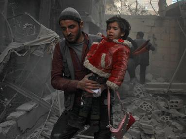 Seorang anak korban reruntuhan bangunan digendong pria untuk diselamatkan usai terjadi serangan udara dari pasukan Assad di wilayah Ghouta timur, Suriah (7/2). Dalam serangan ini dilaporkan sedikitnya, 47 warga sipil tewas. (AFP Photo/Hamza Al-Ajweh)
