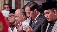 Presiden Joko Widodo atau Jokowi memanjatkan doa untuk Presiden ke-3 RI BJ Habibie saat melayat ke rumah duka di Patra Kuningan, Jakarta, Kamis (12/9/2019). Jokowi akan memimpin upacara pemakaman Habibie di TMP Kalibata. (Handout/Indonesian Presidential Palace/AFP)