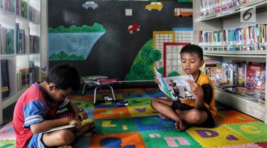 Anak-anak membaca buku di Ruang Perpustakaan RPTRA Kebon Sirih, Jakarta, Kamis (4/4). Dinas Perpustakaan dan Arsip DKI Jakarta bekerja sama dengan Jakarta Library menggelar Gerakan Baca Jakarta. (Liputan6.com/JohanTallo)