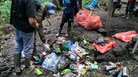 Sejumlah porter dan pemandu lokal saat membersihkan sampah di Gunung Kerinci, Kamis (18/7/2019). Aksi tersebut dilakukan karena sampah di Gunung Kerinci yang semakin memprihatinkan. (Liputan6.com/Ferdi/ Istimewa)