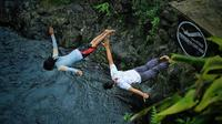 Anggota Cliff Jumping Purwokerto menawarkan pesona curug di eks Karesidenan Banyumas dengan jalan memacu adrenalin, lompat tebing. (Dok. Cliffjump.Pwt, Liputan6.com/Galoeh Widura)