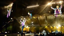 Vokalis The Rolling Stones, Mick Jagger saat tampil dalam konser bertajuk No Filter di The Velodrome Stadium, Marseille, Prancis, Selasa (26/6). (AFP PHOTO / Boris Horvat)