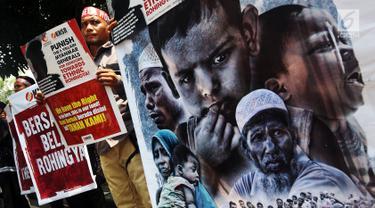 Komite Nasional Solidaritas Rohingya menggelar aksi di depan Kantor Duta Besar Myanmar, Jakarta, Rabu (5/12). Massa mengutuk kekerasan terhadap etnis Rohingya yang dilakukan oleh pemerintah Myanmar. (Liputan6.com/JohanTallo)