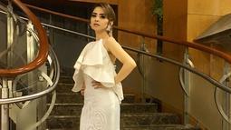 Busana putih sepertinya sudah jadi andalan ibu satu anak ini. Seperti dalam potretnya, Tiwi tampak mengenakan gaun putih panjang dengan lengan terbuka. Penampilannya itu terihat cantik dan begitu elegan. (Liputan6.com/IG/tentangtiwi)