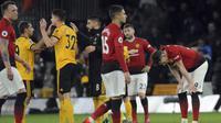 Para pemain Manchester United tampak lesu usai ditaklukkan Wolverhampton Wanderers pada laga Premier League 2019 di Stadion Molineux, Selasa (2/4). Wolverhampton menang 2-1 atas Manchester United. (AP/Rui Vieira)