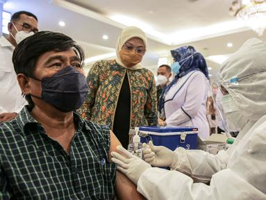 Menteri Ketenagakerjaan Ida Fauziyah meninjau pekerja yang divaksin COVID-19 di Gedung Kemenaker, Jakarta, Selasa (4/5/2021). Untuk memperingati Hari Buruh Internasional atau May Day, pemerintah melakukan vaksinasi bagi 1.000 pekerja. (Liputan6.com/Faizal Fanani)
