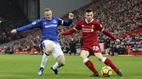 Striker Everton, Wayne Rooney, berebut bola dengan bek Liverpool, Andrew Robertson, pada laga Premier League di Stadion Anfield, Minggu (10/12/2017). Laga bertajuk Derbi Merseyside itu berakhir imbang 1-1. (AP/Peter Byrne)