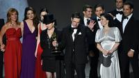 Amy Sherman-Palladino dan Daniel Palladino dan para pemain The Marvelous Mrs. Maiselmenerima piala penghargaan untuk kategori Outstanding Comedy Series di Emmy Awards 2018 [foto: AFP]
