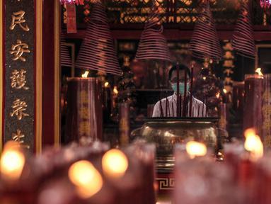 Warga keturunan Tionghoa sembahyang malam Tahun Baru Imlek 2572 di klenteng kawasan Petak Sembilan, Glodok, Jakarta, Kamis (11/2/2021). Berbeda pada tahun sebelumnya, sembahyang malam Imlek kali ini dibatasi hingga pukul 18.00 WIB. (merdeka.com/Iqbal S. Nugroho)