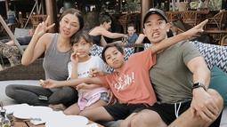 Kekompakan keluarga kecil ini juga terlihat di akun Instagram Nana Mirdad ataupun sang suami Andrew White. Keduanya juga kerap memperlihatkan tingkah konyol di depan kamera. (Liputan6.com/IG/@nanamirdad_)