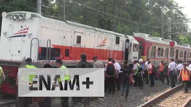 Kereta Api Listrik (KRL) jurusan Bogor-Jatinegara anjok pukul 06.18 WIB. Petugas masih mengevakuasi commuter line tersebut.