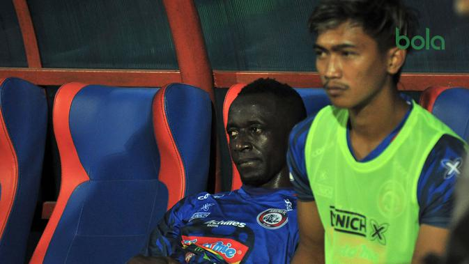 Gelandang Arema, Makan Konate, lesu setelah takluk atas Tira Perskabo 1-2 di Stadion Gajayana, Malang (29/6/2019). (Bola.com/Iwan Setiawan)