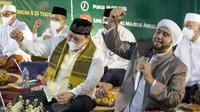 Menko Perekonomian Airlangga Hartarto bersama Habib Syekh Abdul Qodir Assegaf dalam acara Haul Ki Ageng Gribig di Klaten, Jateng, Kamis, 23 September 2021.  (Istimewa)