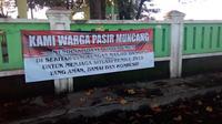 Spanduk pelarangan pendirian dapur umum di sekitar masjid dan TPS di Garut, Jawa Barat (Liputan6.com/Jayadi Supriadin)