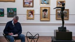 Seorang pria menggambar di Galeri Seni New South Wales di Sydney, Australia (5/6/2020). Galeri Seni New South Wales dibuka kembali untuk umum setelah Sydney melonggarkan sejumlah kebijakan terkait pandemi COVID-19. (Xinhua/Bai Xuefei)