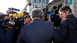 Michel Platini berjalan menuju Pengadilan Arbitrase Olahraga Internasional (CAS) di Lausanne, Swiss (29/4). Platini mengajukan banding ke CAS terhadap keputusan oleh Komite Banding FIFA, 24 Februari 2016. (REUTERS/Denis Balibouse)