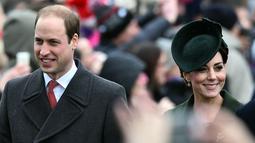 Kate Middleton tersenyum sambil berjalan bersama suaminya, Pangeran William usai mengikuti Misa Natal bersama keluarga kerajaan di Gereja St. Mary Magdalene di Sandringham, Inggris, (25/12/2015). (AFP/BEN STANSALL)