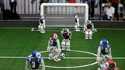 Pemain sepak bola robot bersaing dalam bertanding RoboCup Asia-Pacific Tianjin Invitational Tournament 2019 di Tianjin, China, Jumat (17/5/2019). (REUTERS/Jason Lee)