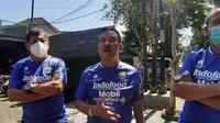 Tiga komisaris PT Persib Bandung Bermartabat (PBB), Umuh Muchtar, Kuswara S. Taryono, dan Zaenuri Hasyim melepas tim Persib Bandung di Graha Persib, Jalan Sulanjana, Kota Bandung menuju Tangerang, Jumat (3/9/2021). (Bola.com/Erwin Snaz)