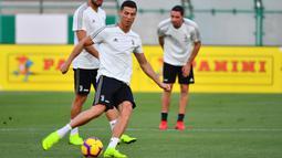Striker Juventus, Cristiano Ronaldo, menendang bola saat sesi latihan jelang laga Supercoppa Italia di Stadion King Abdullah Sports City, Selasa (15/1). Juventus akan berhadapan dengan AC Milan. (AFP/Giuseppe Cacace)