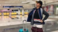 Gel Rodriguez membagikan foto saat mengenakan semua pakaiannya yang berada di dalam koper (Dok.Facebook/Gel Rodriguez)