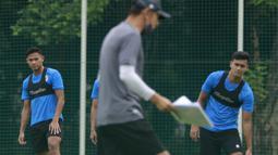 Pemain Timnas Indonesia, Andy Setyo dan Muhammad Rafli, saat sesi latihan di Lapangan D Senayan, Jakarta, Rabu, (10/2/2021). Latihan tersebut untuk persiapan SEA Games 2021 di Vietnam. (Bola.com/M Iqbal Ichsan)