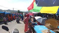 Pasar tradisional di Mamuju mulai ramai setelah pedagang mulai berjualan usai gempa. (Foto: Liputan6.com/Abdul Rajab Umar)