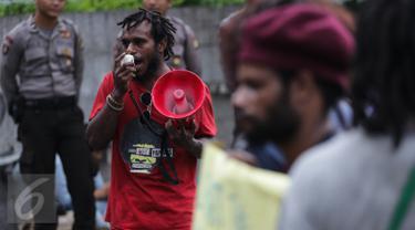 Seorang mahasiswa yang tergabung dalam Front Rakyat Indonesia untuk West Papua berunjuk rasa di depan Kantor PBB, Jakarta, Senin (3/4). Dalam aksinya mereka menuntut PBB harus bertanggung jawab meluruskan sejarah PEPERA. (Liputan6.com/Faizal Fanani)