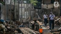 Petugas mengecek Pasar Kambing usai terbakar di Jalan Sabeni RT 1 RW 12, Kebon Melati, Tanah Abang, Jakarta, Jumat (9/4/2021). Pasar Kambing akan ditata ulang pascakebakaran yang terjadi pada Kamis (8/4/2021) sore kemarin. (Liputan6.com/Faizal Fanani)