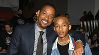"Aktor Will Smith dan putranya Jaden Smith  berpose saat menghadiri Premiere's Netflix's ""Bright"" di Regency Village Theatre di Westwood, California (13/12). (AFP Photo/Kevin Winter)"