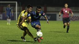 Bek Bhayangkara FC, Putu Gede, berusaha merebut bola saat melawan PSIS Semarang pada laga Piala Indonesia di Stadion PTIK, Jakarta, Selasa (19/2). Bhayangkara FC bermain imbang 1-1 melawan PSIS. (Bola.com/Yoppy Renato)