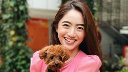 Perempuan kelahiran 24 Desember 1999 memiliki senyum yang sangat manis. Terlebih hewan peliharaa nanjing yang ia gendong sangat lucu dan menggemaskan. Baju merah yang ia pakai cukup membuatnya terlihat cerah. (Liputan6.com/IG/@nataliezenn24)