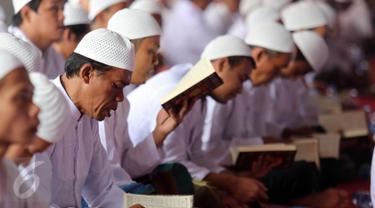 Ratusan Napi mengikuti acara Khatam Al-Quran warga binaan pemasyarakatan di LP Cipinang, Jakarta, Kamis (20/4). Acara ini dihadiri sejumlah menteri. (Liputan6.com/Johan Tallo)