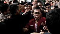 Kader PDIP Masinton Pasaribu saling dorong dengan petugas saat hendak masuk ke Gedung KPU, Jakarta, Selasa (17/7). Elite serta massa PDIP terlibat kericuhan saat hendak mengantarkan pengurus DPP mendaftarkan bakal caleg. (Merdeka.com/ Iqbal S. Nugroho)