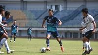 Tampak pemain Persib, Ezra Walian pada sebuah laga uji coba tim jelang BRI Liga 1. (Erwin Snaz/Bola.com)