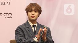 """Penyanyi idola K-pop, Park Jihoon memberikan keterangan kepada awak media sebelum memulai konsernya di ICE BSD Hall 5, BSD, Tangerang Selatan, Sabtu (15/2/2020). Park Jihoon menemui penggemarnya di Indonesia dengan menggelar konser bertajuk """"Park Jihoon FanCon Asia Tour"""". (Liputan6.com/Angga Yuniar)"""